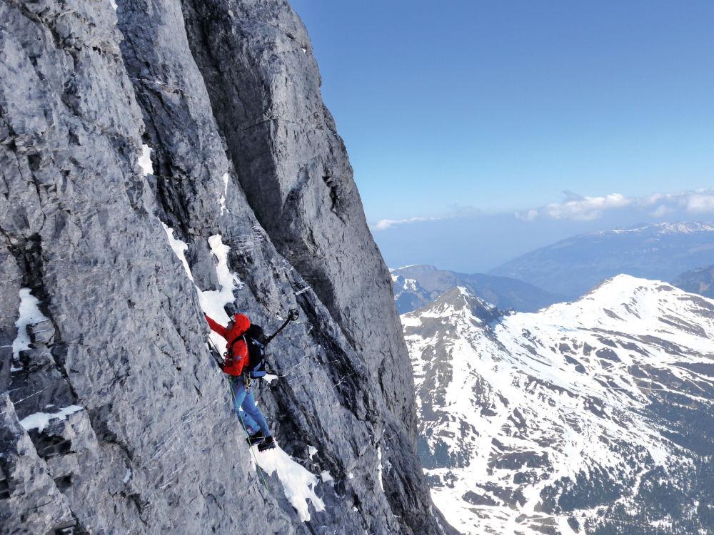 L'alpinista svizzero Daniel Arnold impegnato nella scalata della parete Nord - la più difficile - dell'Eiger nelle Alpi bernesi