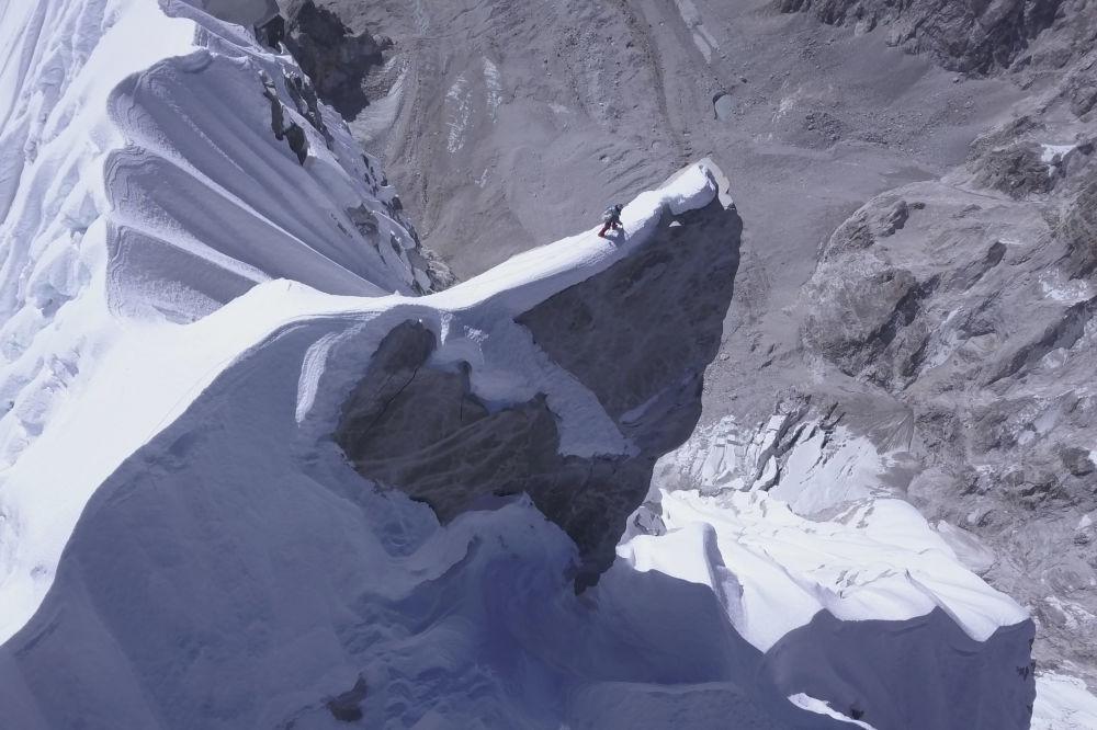 L'alpinista austriaco David Lama, il primo al mondo ad aver raggiunto i 6907 metri della vetta del Lunag Ri, in Nepal, il 28 ottobre 2018.