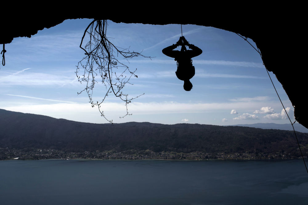 L'alpinista francese Christophe Dumarest durante una scalata di allenamento sullo sfondo del lago di Annecy, in Francia