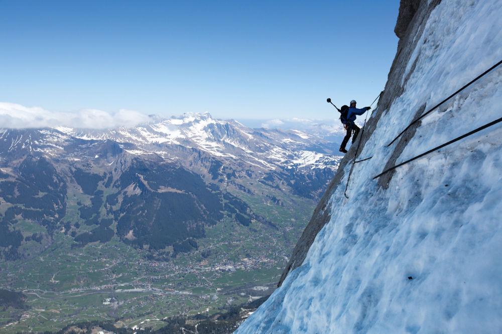 30 agosto 2014: l'alpinista svizzero Stephan Siegrist, scala la parete nord dell'Eiger. Fotografia scattata da una delle telecamere amatoriali montate dagli alpinisti sui loro zaini