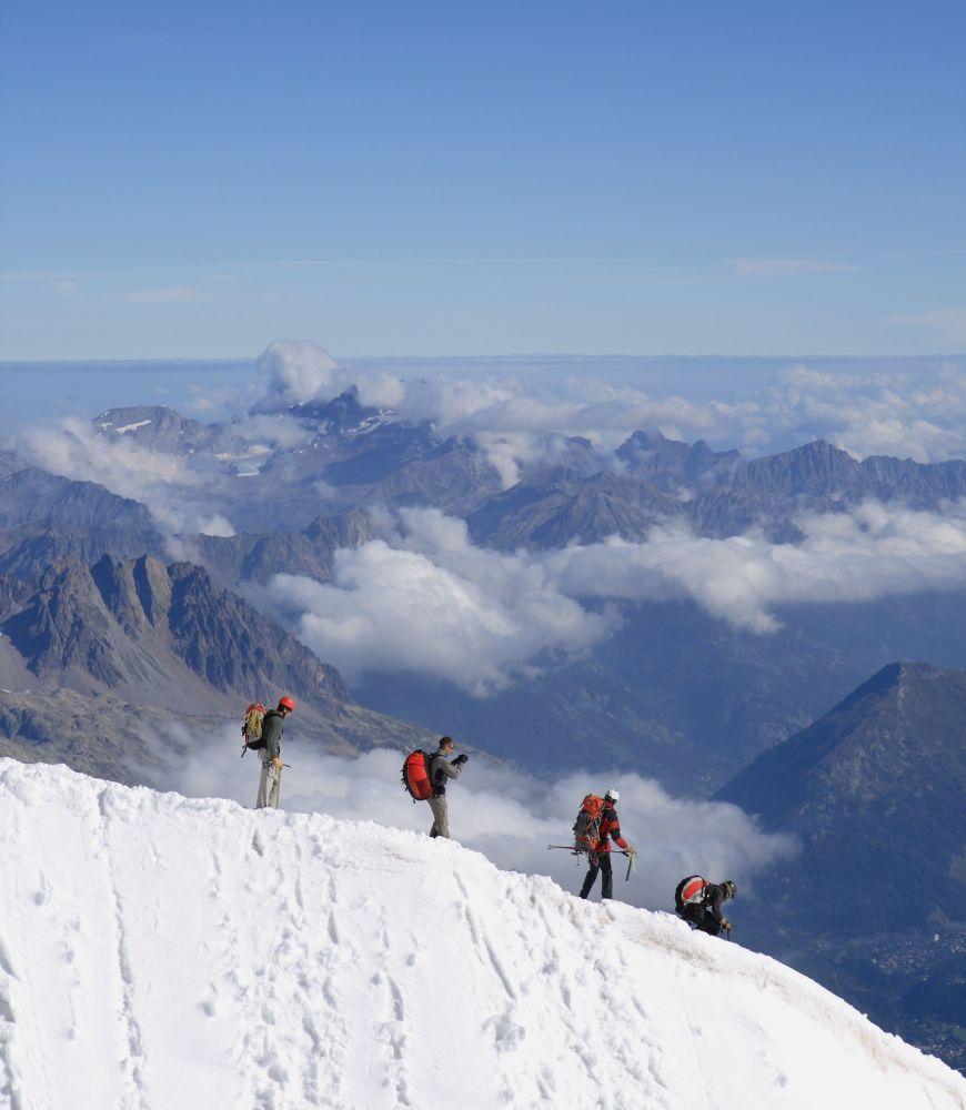 Alpinisti in discesa dalla vetta dell'Aiguille du Midi, nel massiccio del Monte Bianco