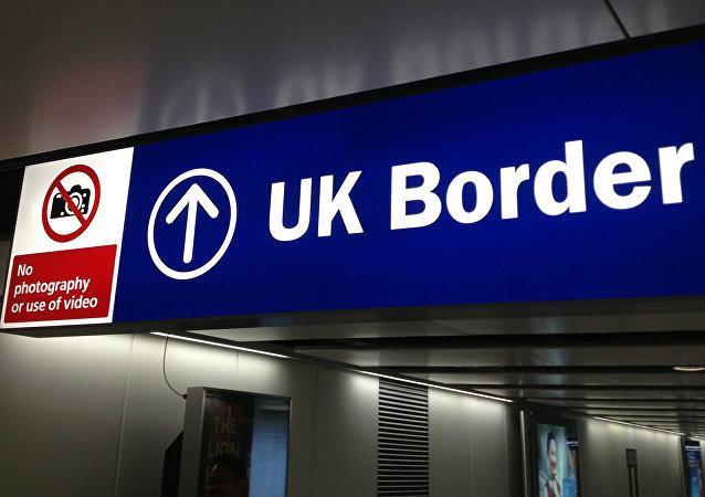 Cartello che indica il confine d'ingresso nel Regno Unito