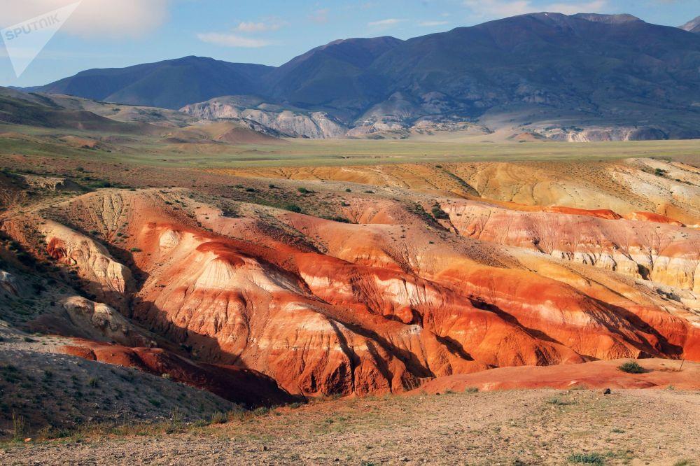 La valle di Kyzyl-Chin: il colore rossastro è dato dall'alta concentrazione di mercurio nel suolo