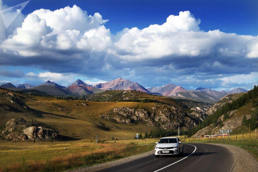 La strada federale che scorre nella Repubblica dell'Altay: secondo la rivista National Geographic è una delle 10 strade più belle del mondo.