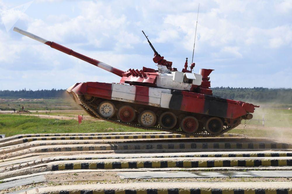 Un carro armato T-80 dell'esercito russo durante la prova individuale del concorso del Biathlon dei Carri Armati in corso nel poligono di Alabino, vicino a Mosca