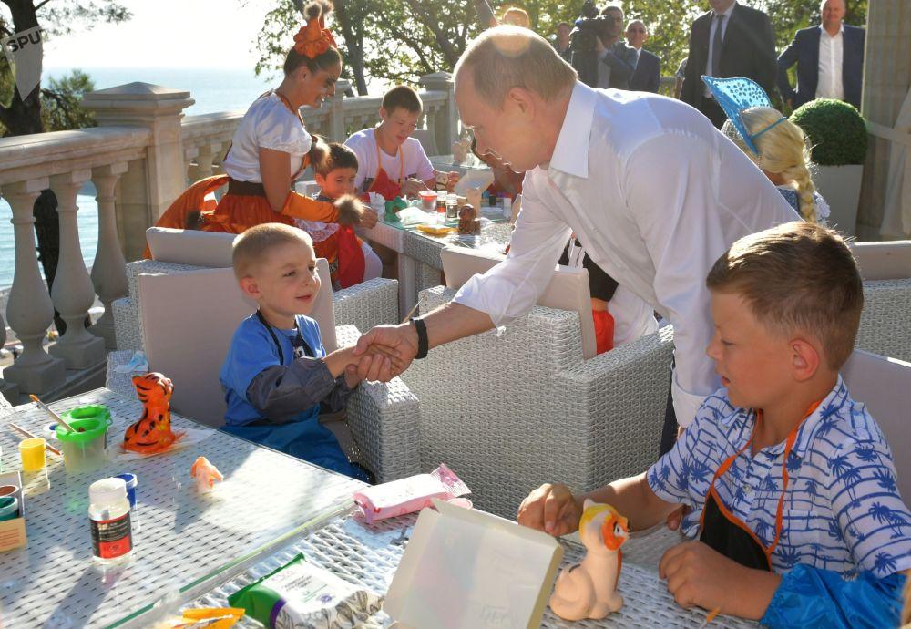 Il presidente russo Vladimir Putin incontra a Sochi i bambini delle famiglie sfollate per l'alluvione nella città di Irkutsk