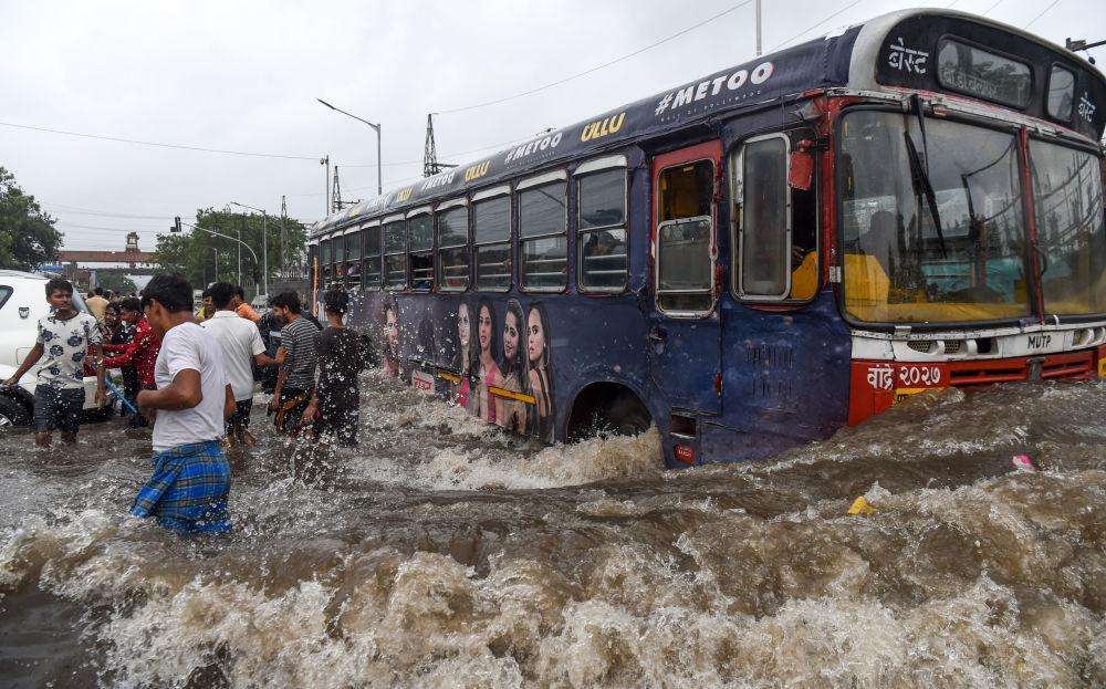 Un autobus tra le strade allegate di Mumbai, in India, colpita dai monsoni