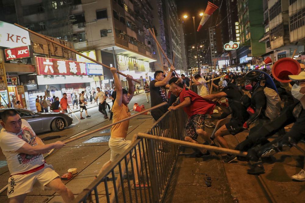 Scontri in piazza tra manifestanti e polizia ad Hong Kong