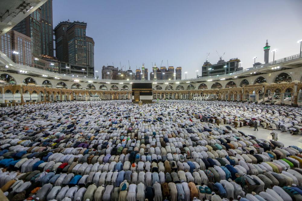 Fedeli musulmani in preghiera introno alla Kaaba, della Mecca per l' Haji, il tradizionale pellegrinaggio annuale