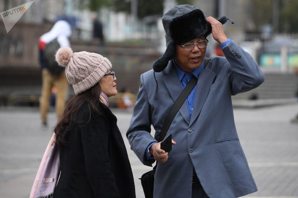 Turisti stranieri con colbacchi e cappelli invernali a Mosca, dove il 5 agosto 2018 è stato il giorno più freddo da quando esistono le misurazioni: la temperatura minima nella notte ha toccato soltanto 6° gradi centigradi