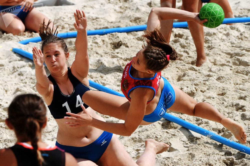 Sfide infuocate sotto al sole nel corso del torneo Eurotur di pallamano sulla sabbia