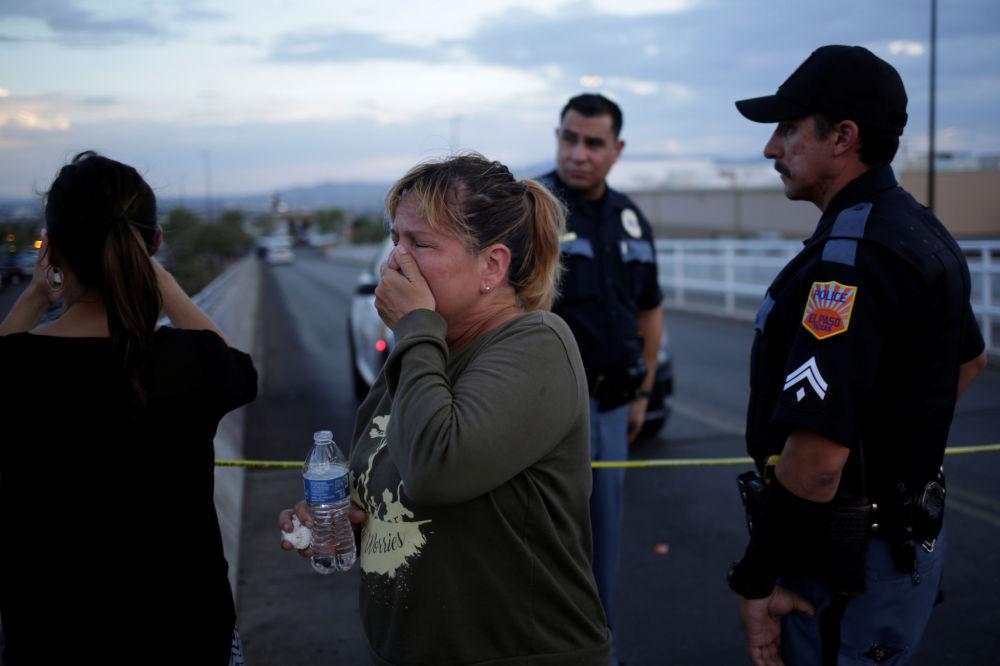 Una donna in lacrime fuori dal centro commerciale Walmart di El Paso, in Texas, teatro di una sparatoria