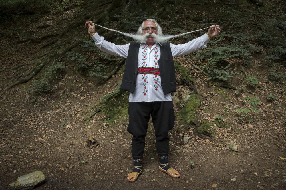 Zoran Lazarevic, il vincitore del concorso mondiale di baffi organizzato a Rekovac, in Serbia: i suoi baffi sono lunghi 140 centimetri