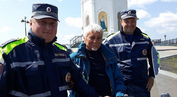 Far sorridere due poliziotti russi è un impresa difficile, ma anche in questo è riuscito Stefano Medvedich
