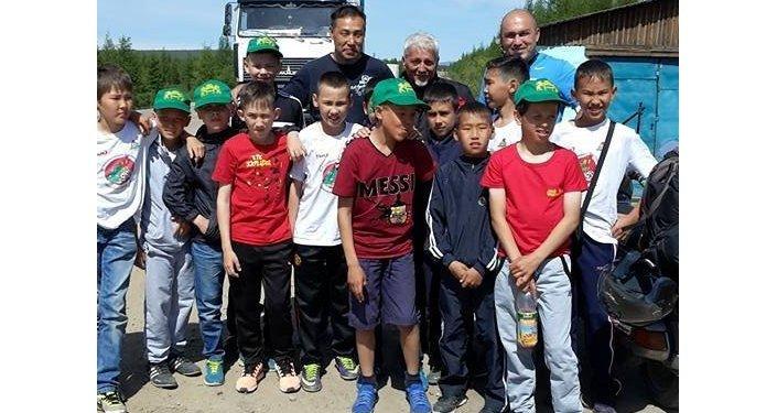 Foto di gruppo con gli studenti di una scuola della Buriatia