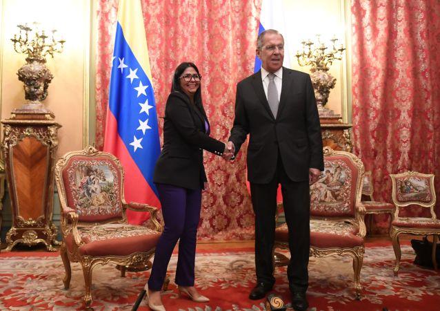 Il vicepresidente del Venezuela Delcy Rodriguez insieme al ministro degli Esteri russo Sergey Lavrov