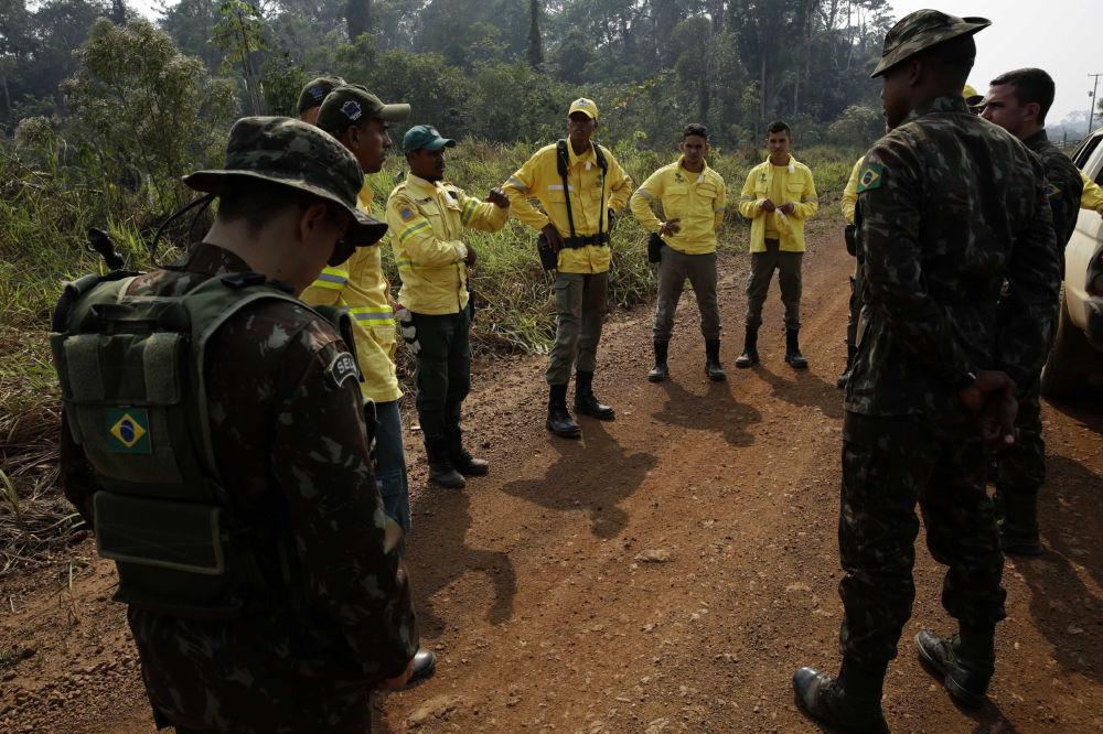 Due settimane dopo l'inizio degli incendi, il presidente ha tenuto una riunione speciale e ha ordinato a tutti i dipartimenti di dirigere i loro sforzi per combattere l'incendio.