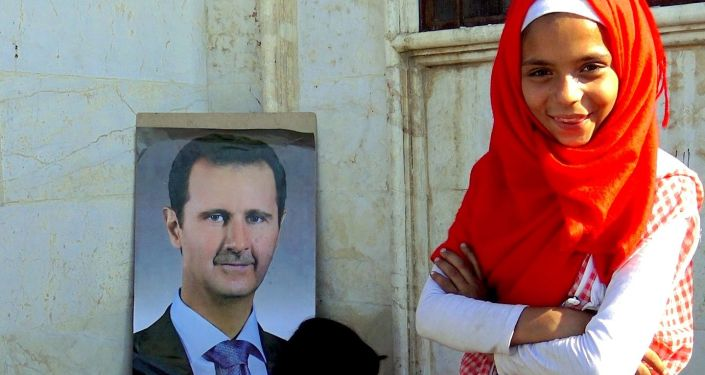 Bambini con l'immagine di Bashar Assad