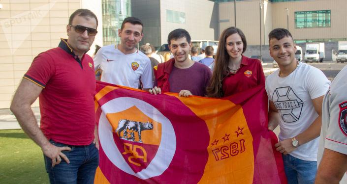 Tifosi iraniani della Roma all'aeroporto di Yerevan
