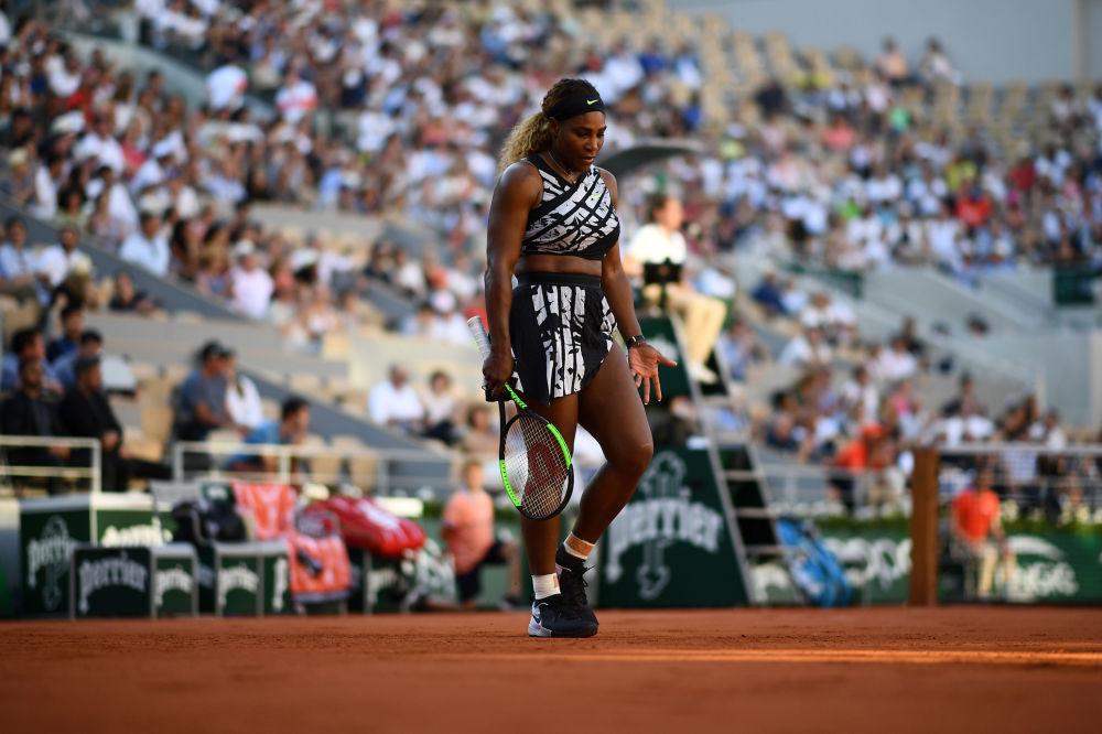 Serena Williams, il costume di quale al'Open di Francia è venuto discusso dappertutto, splende nonostante tutti i divieti. Lei sta al sesto posto del rating della classifica.