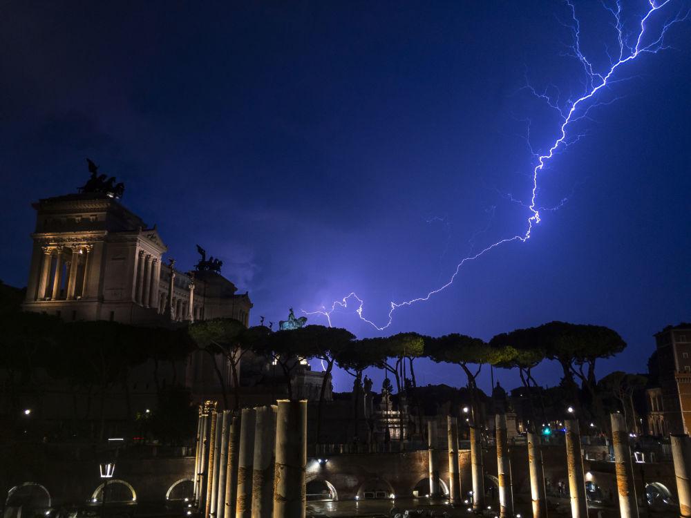Un colpo di fulmine sopra il monumento di Vittorio Emanuele II a Roma.