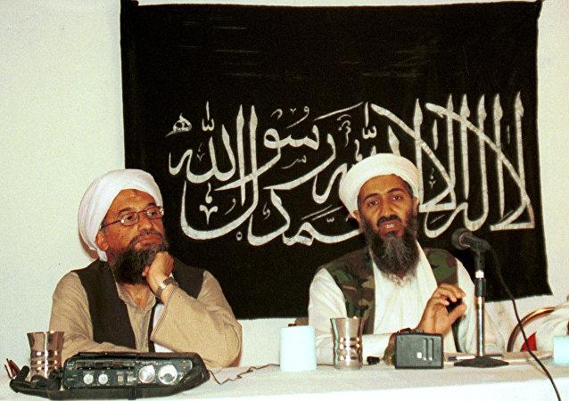 Ayman al-Zawahri, a sinistra, durante una conferenza stampa insieme ad Osama bin Laden in Afghanistan nel 1998.