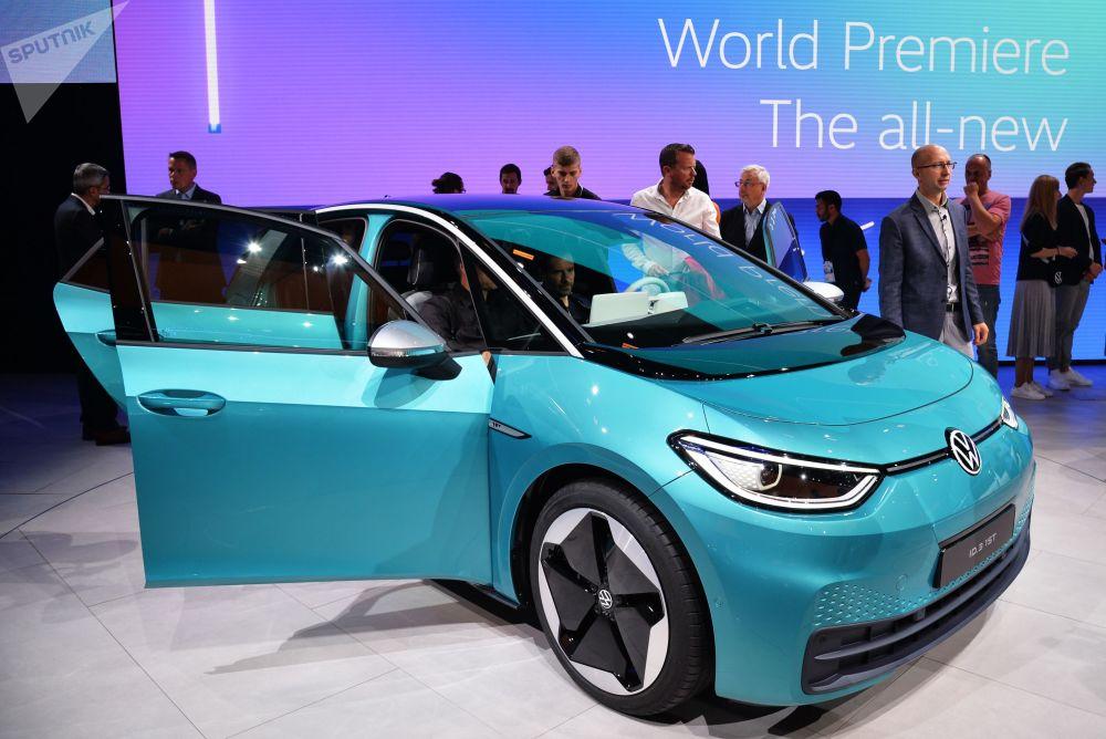 La Volkswagen sta entrando nell'era elettrica con la berlina ID 3. I progettisti promettono una massima autonomia fino a 550 chilometri, se il veicolo viene acquistato con la batteria con la capacità massima, 77 kW all'ora.