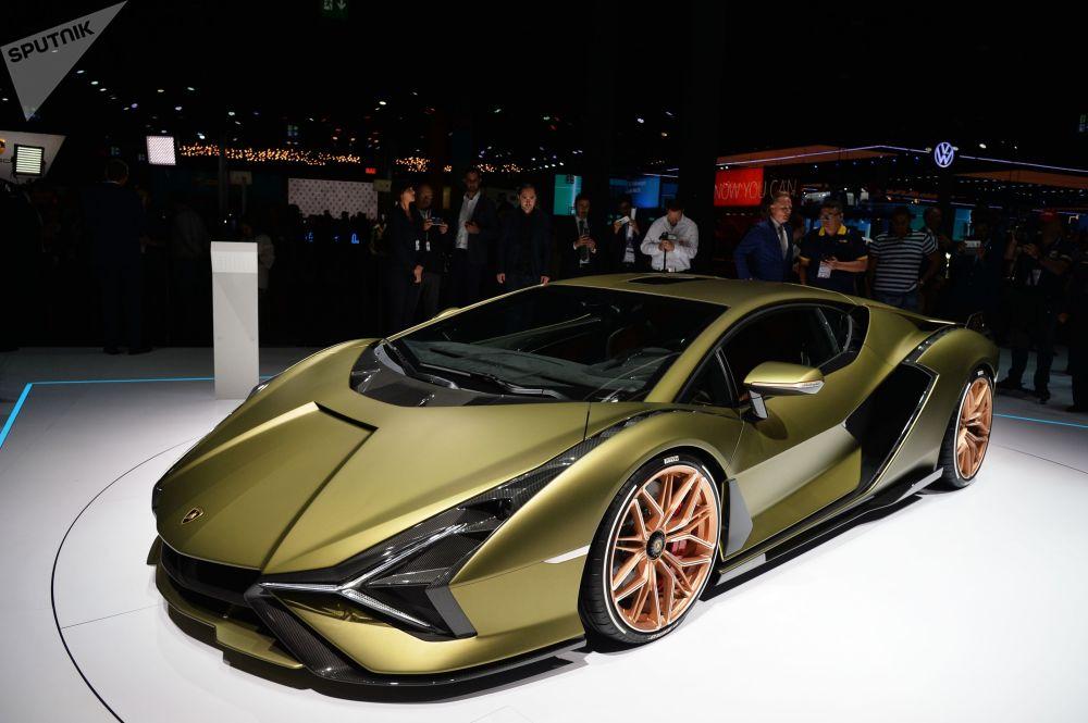 """A Francaforte anche l'esordio """"ecologico"""" della Lamborghini. La Sian è la prima supercar con un motore elettrico della casa automobilistica bolognese. Il motore V12 e i supercondensatori insieme possono fornire una potenza di 819 cv. Il prezzo per il nuovo prodotto parte da $ 3,6 milioni."""