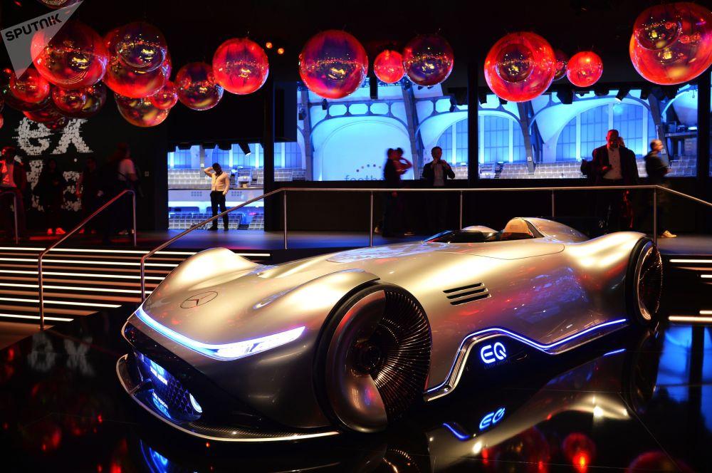 La concept car Mercedes-Benz Vision EQ Silver Arrow è costruita con riferimento al passato. Ciò è evidenziato dal nome Silver Arrow (Freccia Argento), così si chiamava la squadra della Mercedes all'alba della Formula 1.