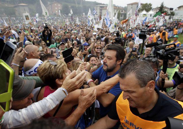 A Pontida bagno di folla per Salvini