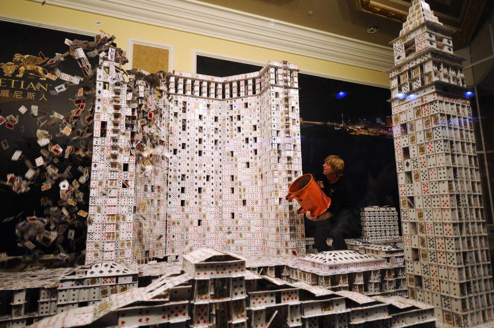 Bryan Berg, l'uomo che usando 218792 carte da gioco ha costruito un modello di casino e hotel di Macao. Ci sono voluti 44 giorni per farlo.