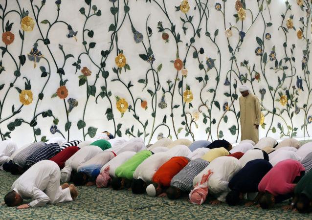 Fedeli musulmani in preghiera nella Grande Moschea dello Sceicco Zayed ad Abu Dhabi