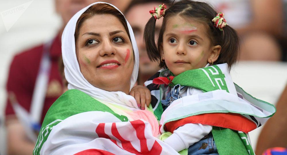 Tifosa iraniana con bambina