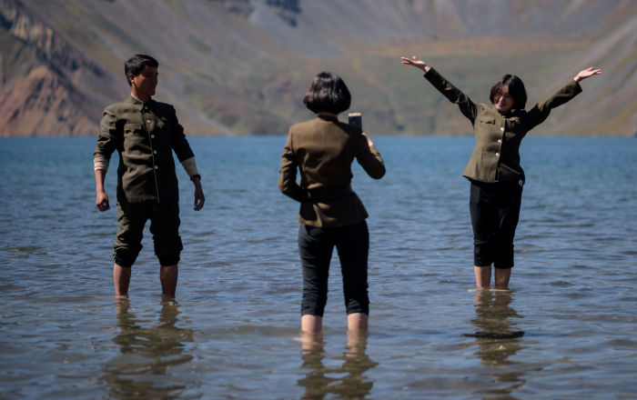 Le studentesse nordcoreane si fanno selfie sul lago Chonji, vicino al vulcano Paektu.