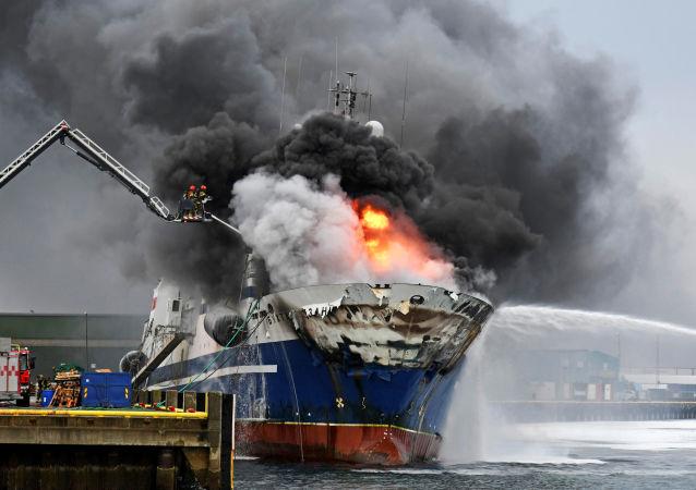 La nave russa Bukhta Nayezdnik in fiamme a Tromso, Norvegia.