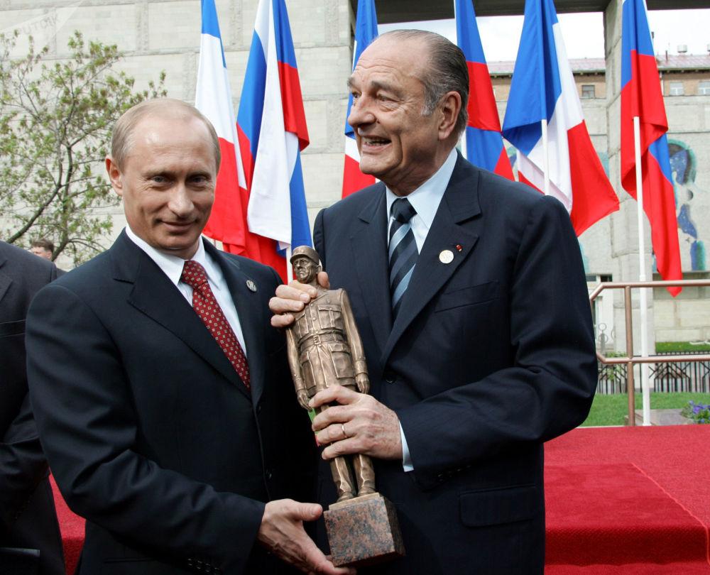 Il presidente francese Jacques Chirac con il presidente russo Vladimir Putin all'inaugurazione del monumento di Charles de Gaulle a Mosca nel 2005.