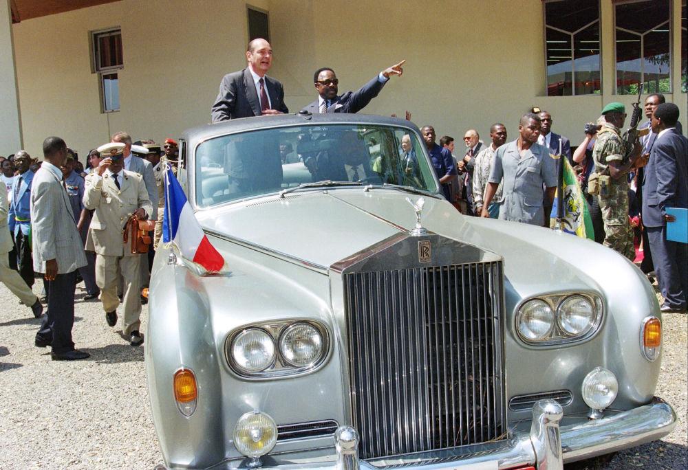 Il presidente francese Jacques Chirac con Omar Bongo durante la sua visita in Gabon nel 1996.