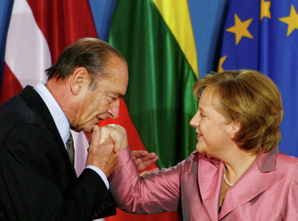 Il presidente francese Jacques Chirac bacia la mano alla cancelliera tedesca Angela Merkel.