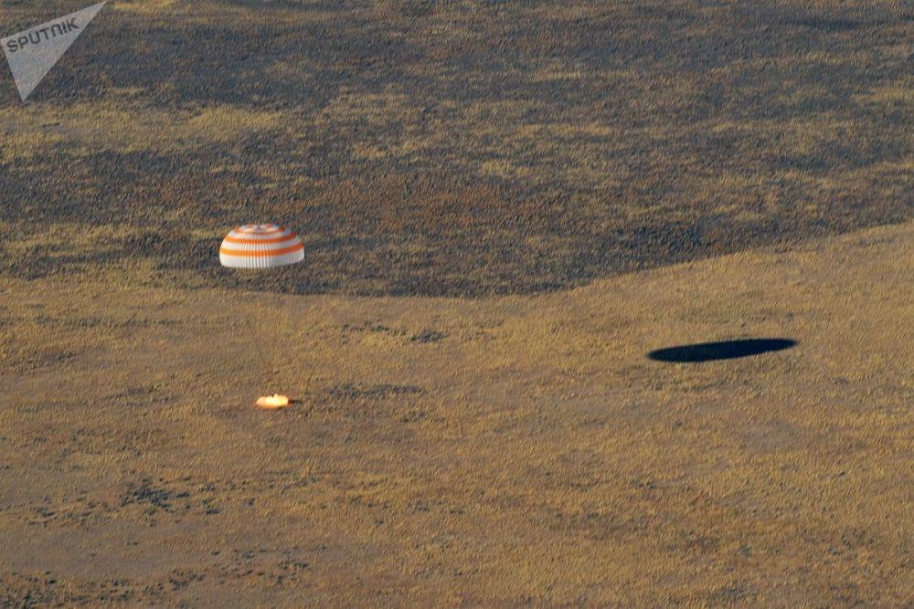 Atterraggio della navetta spaziale Soyuz MS-12 con tre membri dell'equipaggio della ISS.