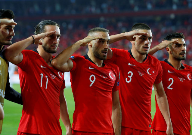 La nazionale turca fa il saluto militare