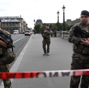 I soldati francesi vicino la prefettura di Parigi