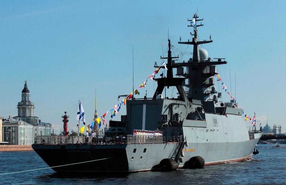 La corvetta Soobrazitelnij alla prova per la parata della Festa della Marina militare a San Pietroburgo.