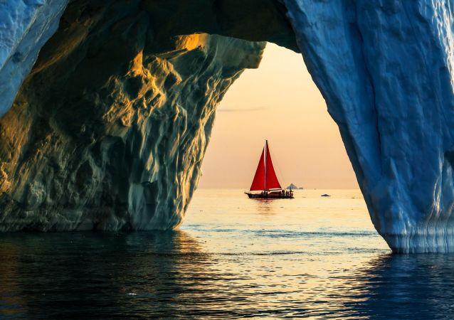 Lo yacht 'Pietro il Grande' naviga vicino ad un iceberg nelle acque della Groenlandia durante la spedizione della società russa Rusark