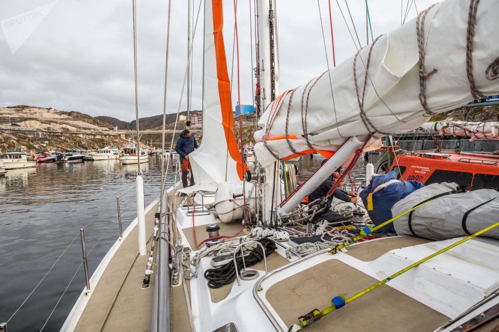 L'installazione di nuove vele sullo yacht 'Rusark Aurora' in Groenlandia durante la spedizione della società russa Rusark