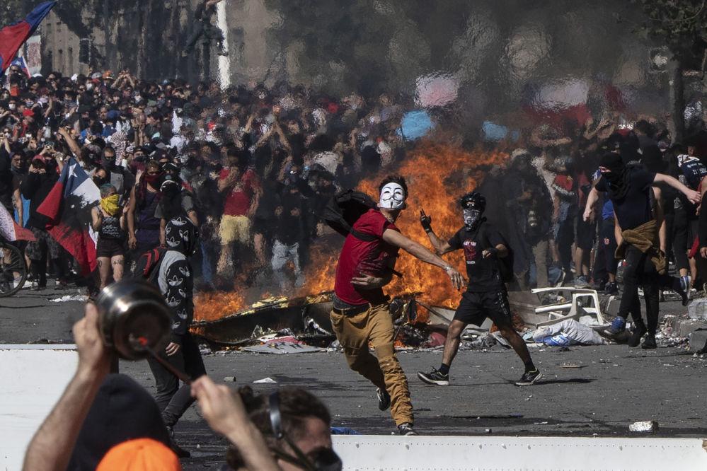 I manifestanti durante le proteste in Piazza Italia a Santiago il 22 ottobre 2019, Cile