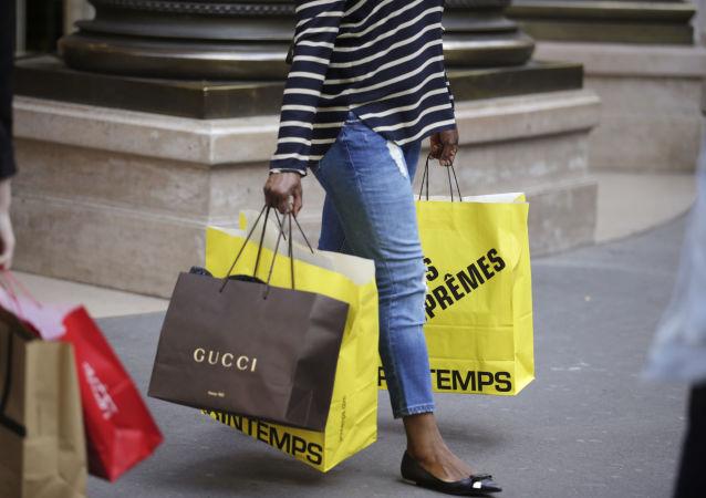 Una ragazza dopo lo shopping