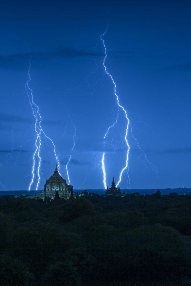 La foto 'Blue hour with lightning' presentata da Naing Tun Win, fotografo dal Myanmar, al concorso delle migliori foto del mondo #Blue2019