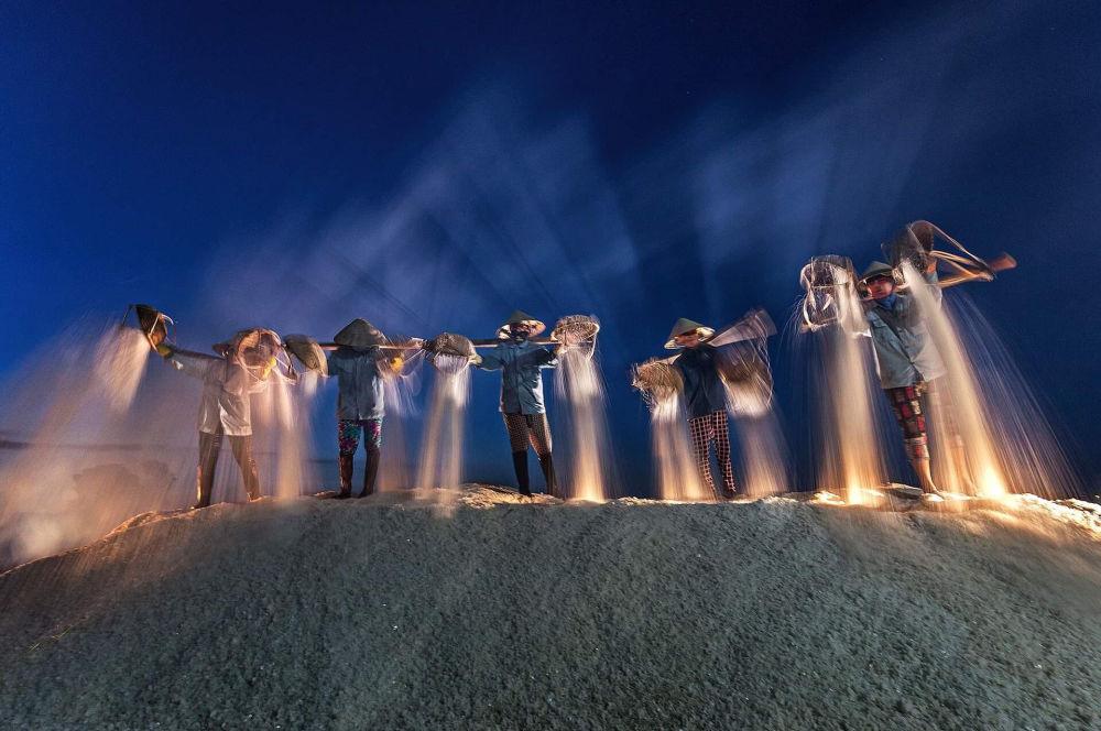 La foto 'Raccolta notturna del sale' presentata dal fotografo vietnamita Đỗ Tuấn Ngọc al concorso delle migliori foto del mondo #Blue2019