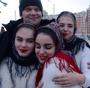 Attori si fanno le foto prima di salire sul palco del Festival Moya Rossiya (La mia Russia) a Krasnoyarsk.