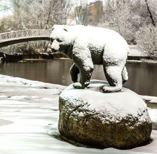 La scultura di un orso al lago del fiume Neglinka dopo le nevicate notturne a Petrozavodsk, Russia
